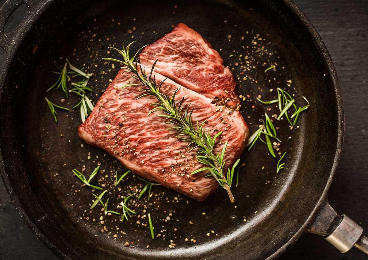 Zubereitung eines Wagyu Steak in der gusseisernen Bratpfanne